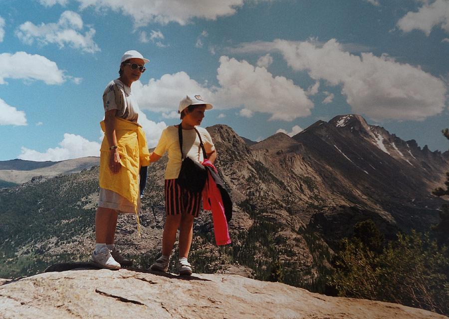 Zdobywca gór skalistych w pełnym rynsztunku. Obowiązkowo za rączkę z mamą i z różową kurtką szturmową pod ręką.