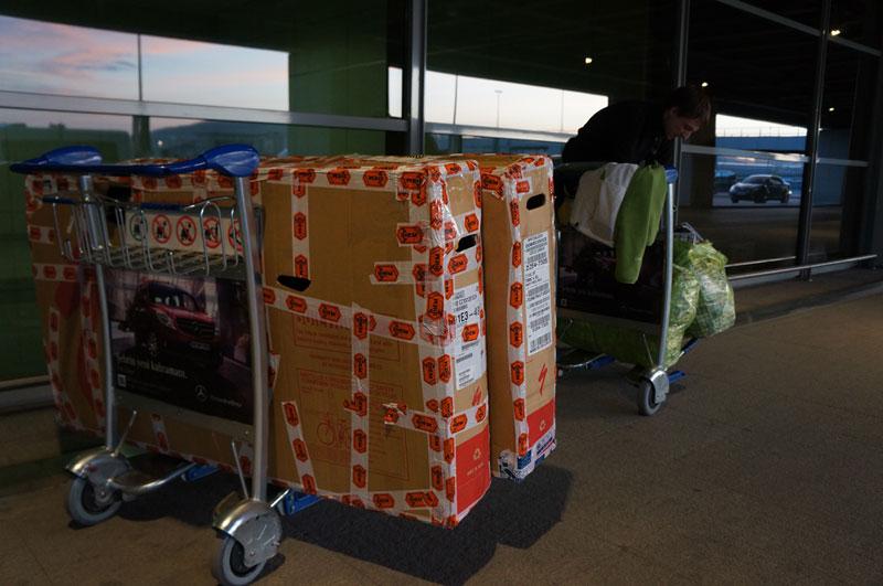 No i udało się. Rowerki w kartonach, sakwy w ruskich torbach bazarowych, czyli komplet ekwipunku na lotnisku Sabiha we wschodniej części Stambułu.