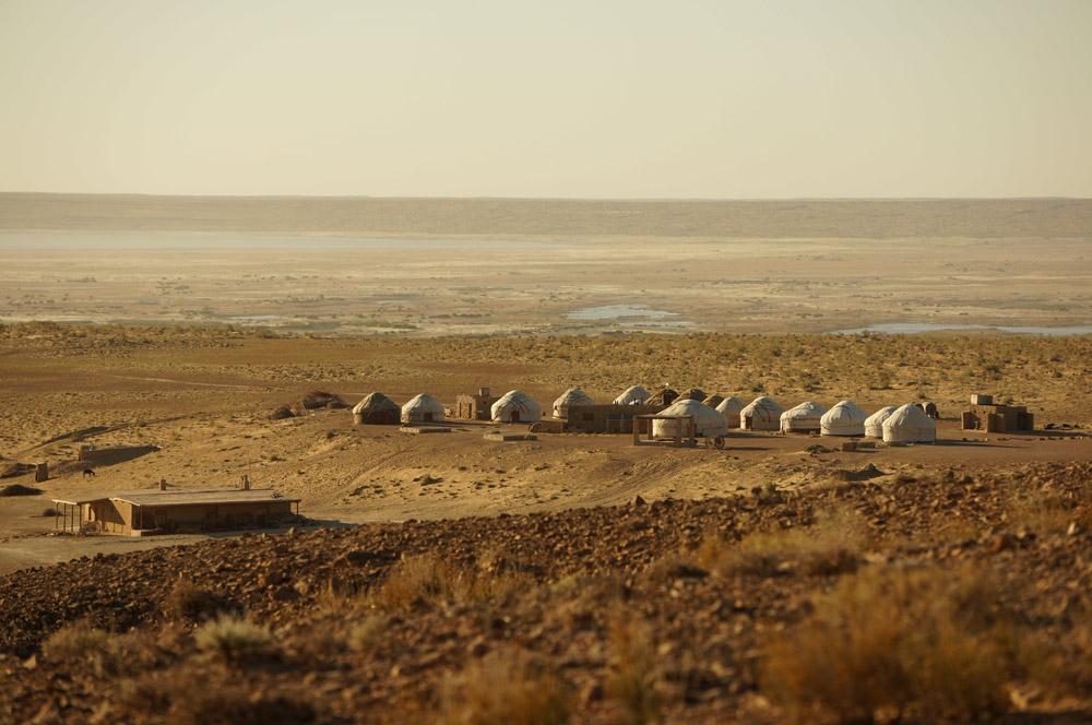 W pobliżu Ayaz Kala znajdują się jurty, w których można się przespać za jedyne 35 dolarów od osoby (my wybraliśmy darmową opcję rozbicia namiotu niedaleko kanału). W oddali za jurtami widać jezioro stanowiące pozostałość po dawnym korycie Amu-Darii. Niestety, obecnie jezioro wysycha...