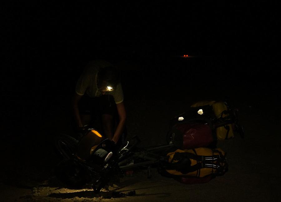 Rowery na pustyni Kyzyl Kum nocą