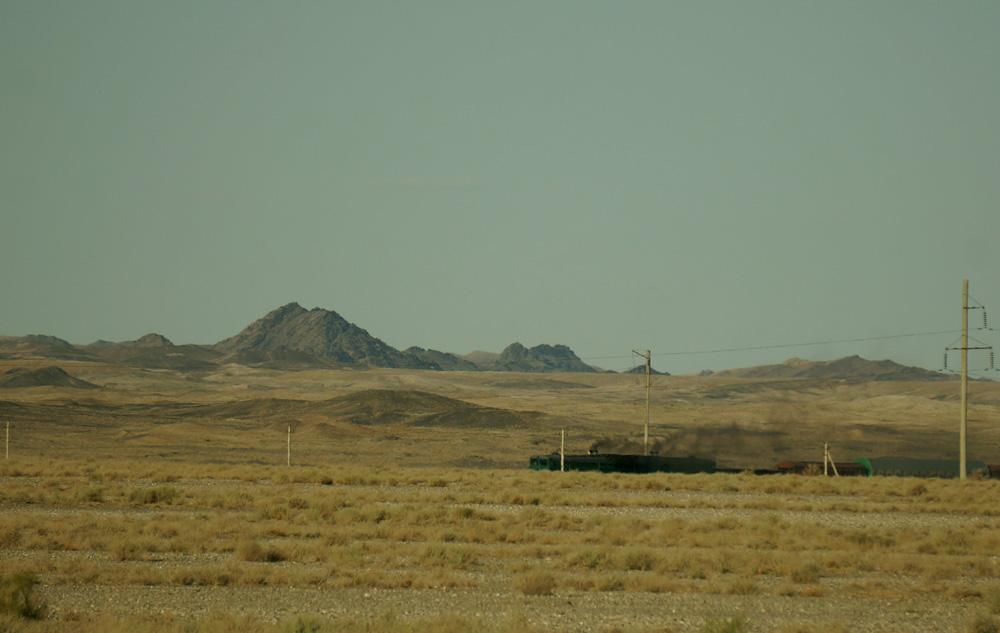 Linia kolejowa, która przez kilkaset kilometrów od kazachskiej granicy biegnie wzdłuż drogi, wkrótce odbije na północny zachód, by dojechać do zbudowanego w sercu pustyni miasta, w którym znajduje się m.in. kopalnia złota.