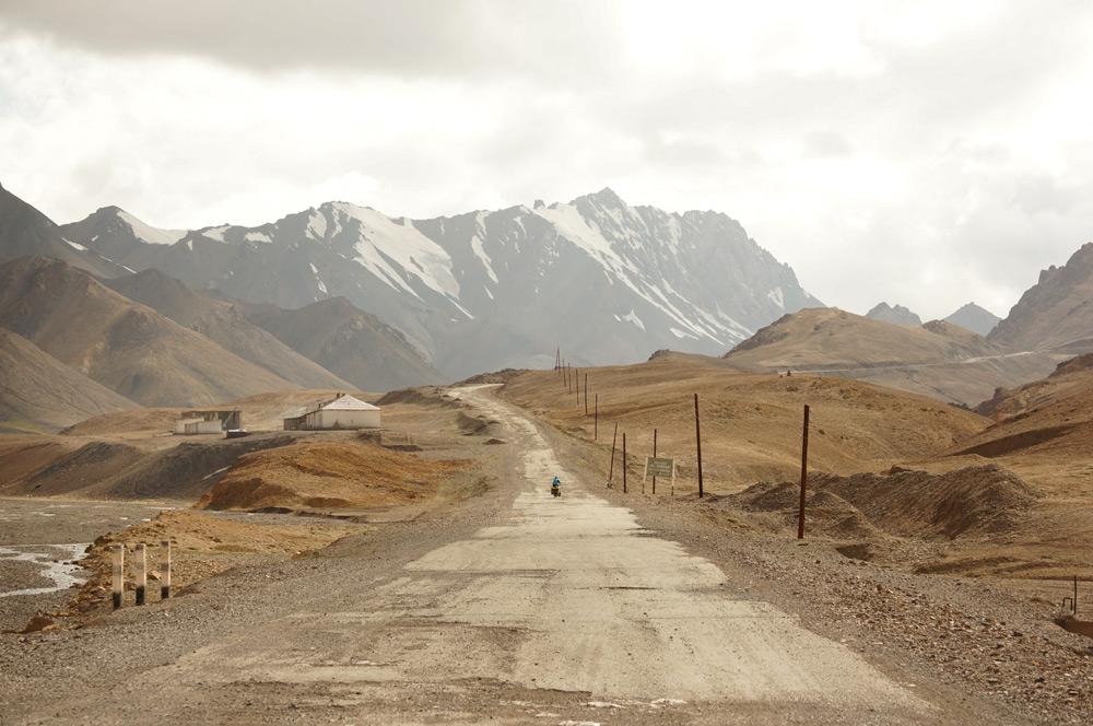 Za Murgabem czeka nas najwyższa przełęcz na naszej trasie - Ak-Baital, 4655 m npm. Pechowo trafiamy na okropną pogodę - deszcz i wiatr w mordę. Na zdjęciu ostatni fragment asfaltu. Za moment zacznie się najbardziej stromy fragment wspinaczki.