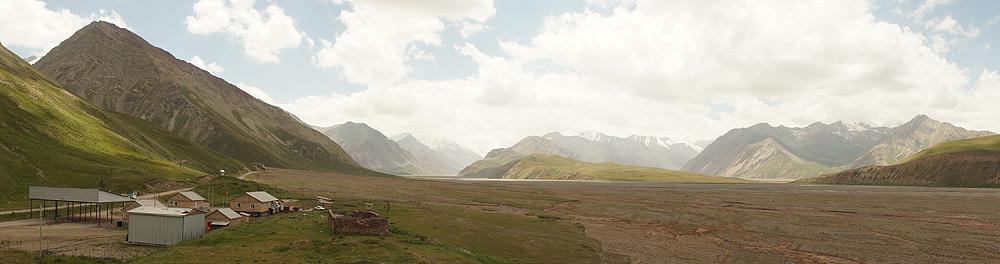 Posterunek kirgijskich pograniczników. Biwakowaliśmy przy nim razem z rosyjskimi alpinistami. Zwinęli się szybko z rana, a my dogorywaliśmy w namiocie do południa. Na dowód polsko-rosyjskiej przyjaźni znaleźliśmy przed wejściem do namiotu dorodnego arbuza. Miłe, zwłaszcza po Pamirze, gdzie o owocach morzna było pomarzyć.
