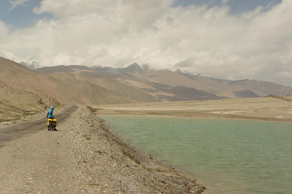 Ostatnie kilometry Tadżykistanu dały nam w kość, męcząc fizycznie i psychicznie. Pamir pożegnał nas piekielnym wiatrem, jak na nasze wyczucie minimum 80km/h w twarz. Ciężko było jechać czy wręcz tyko utrzymać równowagę. Co gorsza, ciśnienie zmieniało się jak szalone - wysokościomierz baryczny skakał drastycznie w górę i w dół. A przed samym posterunkiem pograniczników czekał na nas jeszcze ostatni stromy podjazd...
