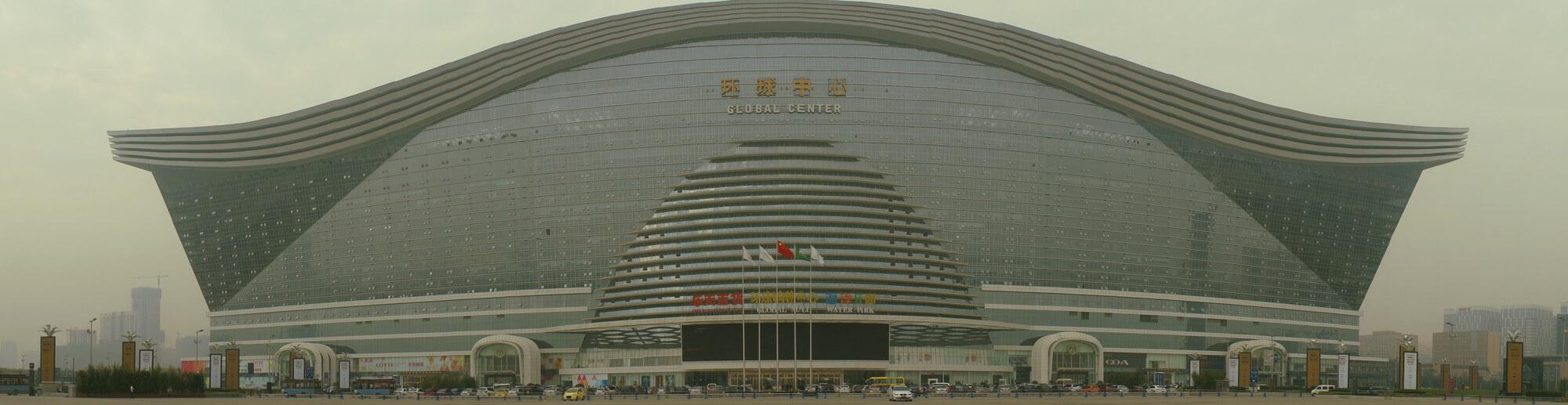 New Century Global Center - pod tą megalomańską nazwą kryje się centrum handlowe będące największym budynkiem na świecie. W środku - poza sztuczną plażą i hotelem - mnóstwo luksusowych sklepów i delikatesy pełne produktów z importu.
