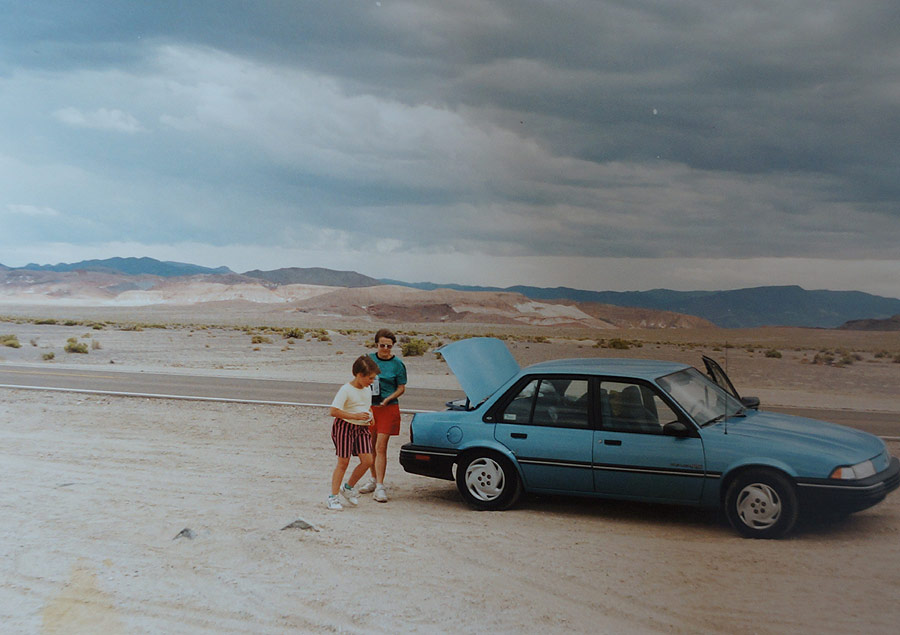 Nasz niebieski krążownik na środku pustyni w Nevadzie. Najtańsze, małolitrażowe, miejskie autko z wypożyczalni. Chevrolet Cavalier, pojemność skokowa 2200cm3.