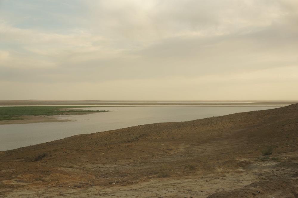 O, tam po drugiej stronie rzeki widać Turkmenistan i kolejną wielką pustynię - Kara Kum.