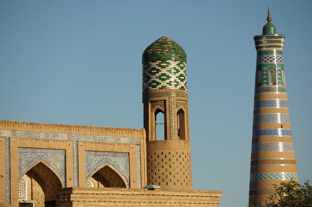 Po prawej - podobno najwyższy minaret w Uzbekistanie