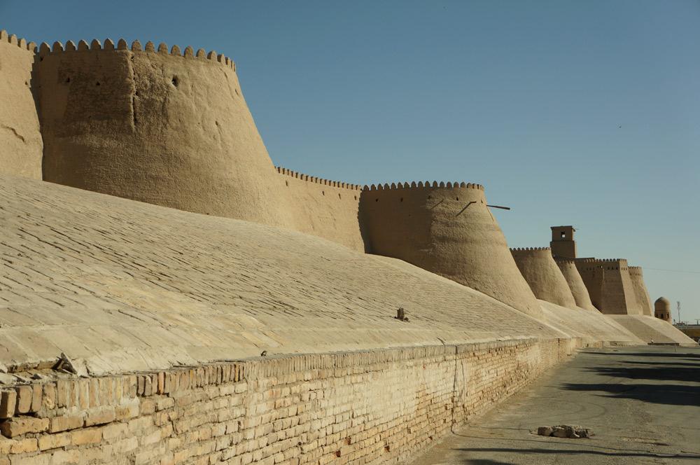 Kilkakrotnie przebudowywane mury miasta - błotno-słomiana konstrukcja