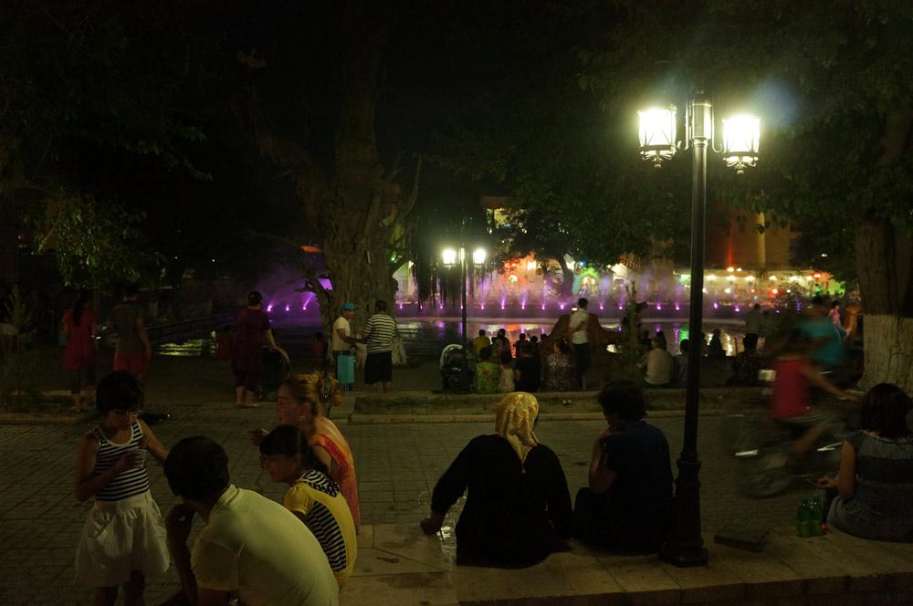 Labi-hauz, centralne miejsce Buchary - w nocy wokół sarego, sztucznego jeziorka gromadzi się mnóstwo ludzi