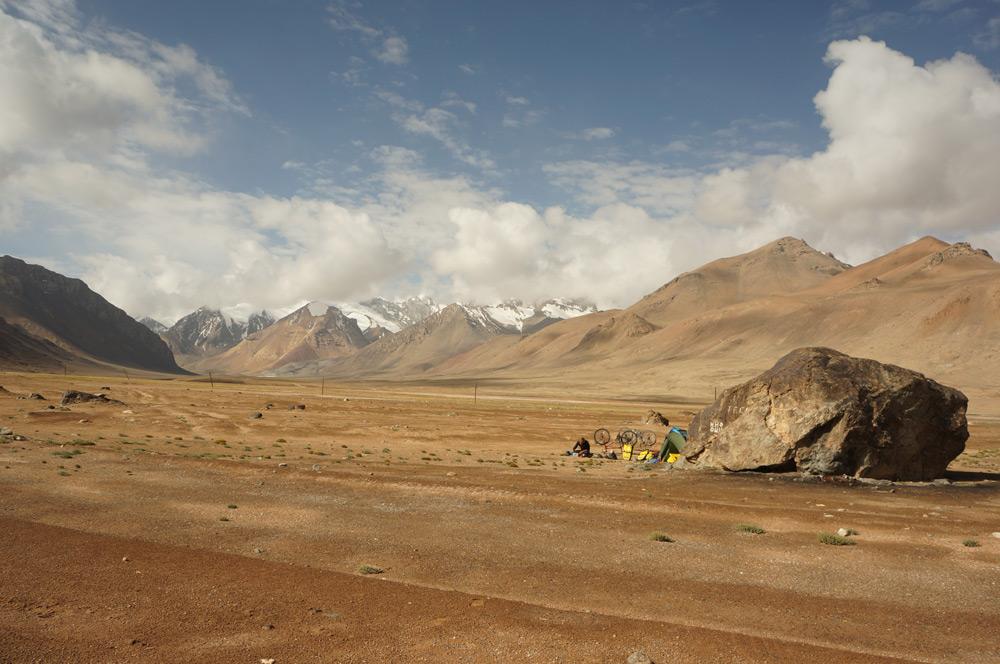 Biwaczek na 4300 m npm. Wielki kamień idealnie chronił nasz namiot przed wiatrem.