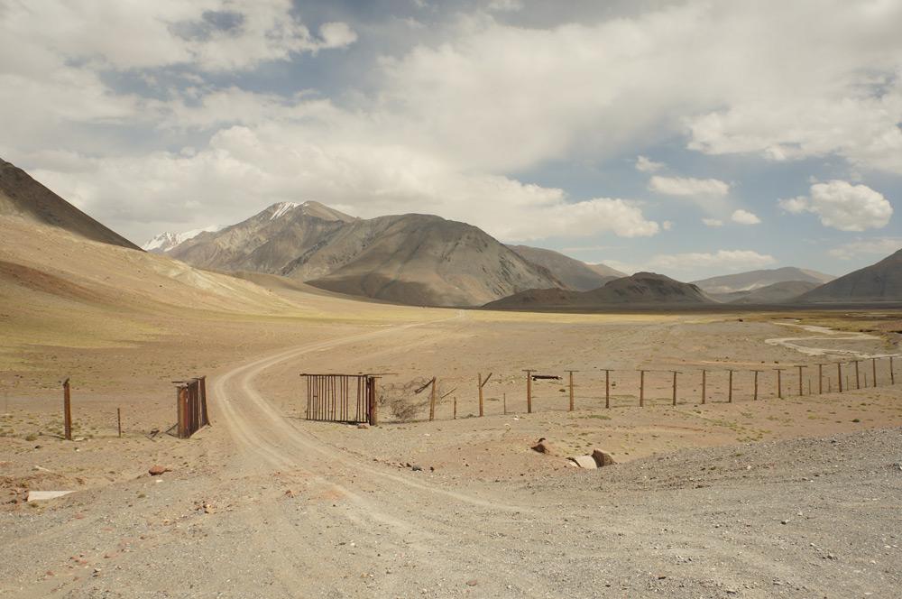 Tymczasem już od kilkudziesięciu kilometrów jedziemy wzdłuż Wielkiego Płotu Chińskiego. Ciekawostka: płot stoi oczywiście po stronie Tadżyckiej, o wiele dalej od oficjalnej granicy. Mimo wszystko, czasami Chińska Republika Ludowa otwiera swoje podwoje...