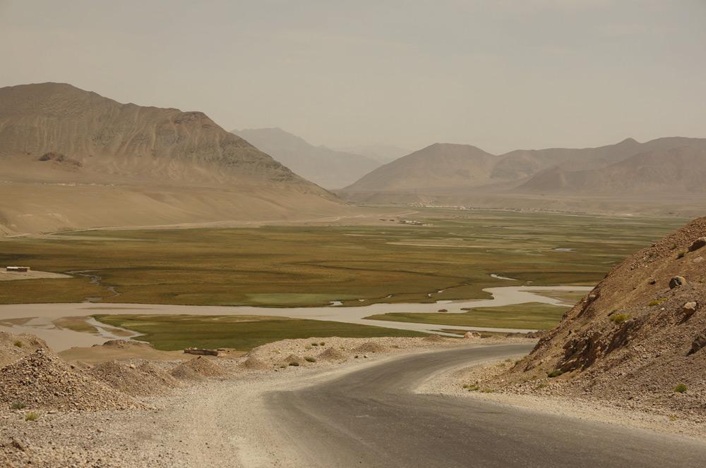 Znów zjeżdzamy do doliny rzeki i zbliżamy się do Murgabu - największego miasta w tej części gór.