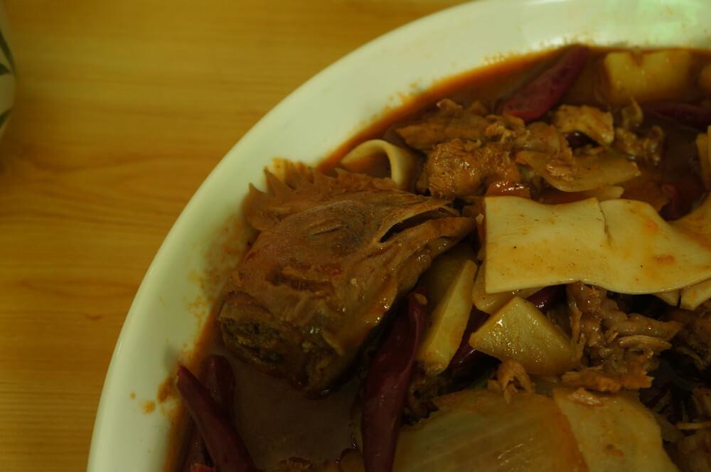 A to proszę państwa nasza największa gastronomiczna porażka w Chinach - kogut. Bez cycków, bez nóżek, ale za to z pazurami, kośćmi, skórą i głową. Zamówiliśmy to kompletnie przez przypadek. Na końcu okazało się, że to danie szefa. Cena: 88 Yuanów.