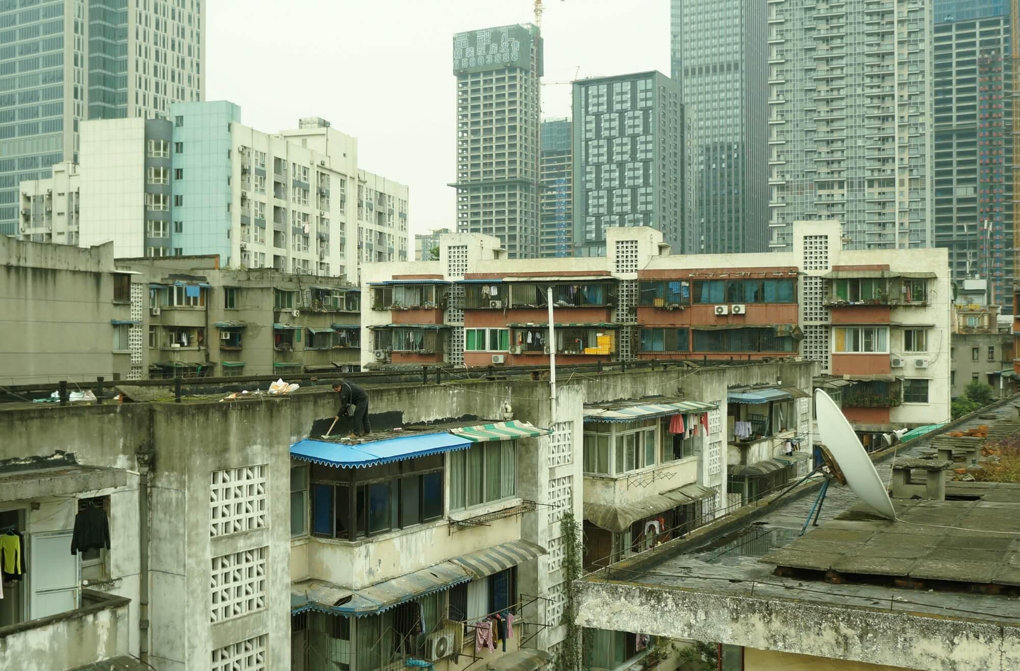 Nieco starsza dzielnica mieszkalna na tle nieco nowszej zabudowy