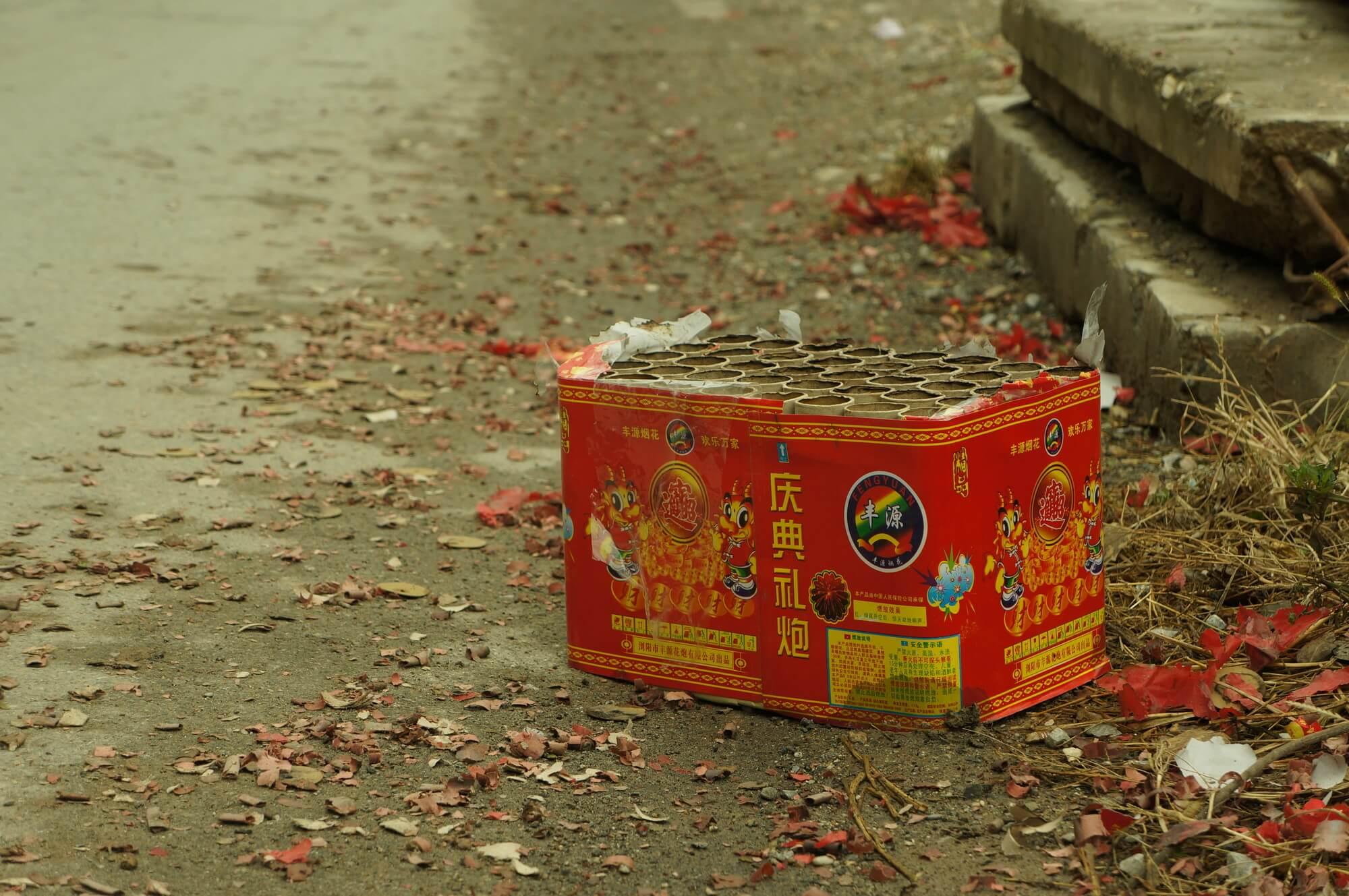 Huk fajerwerków, po którym zostają opuchnięte uszy i śmieci na poboczu