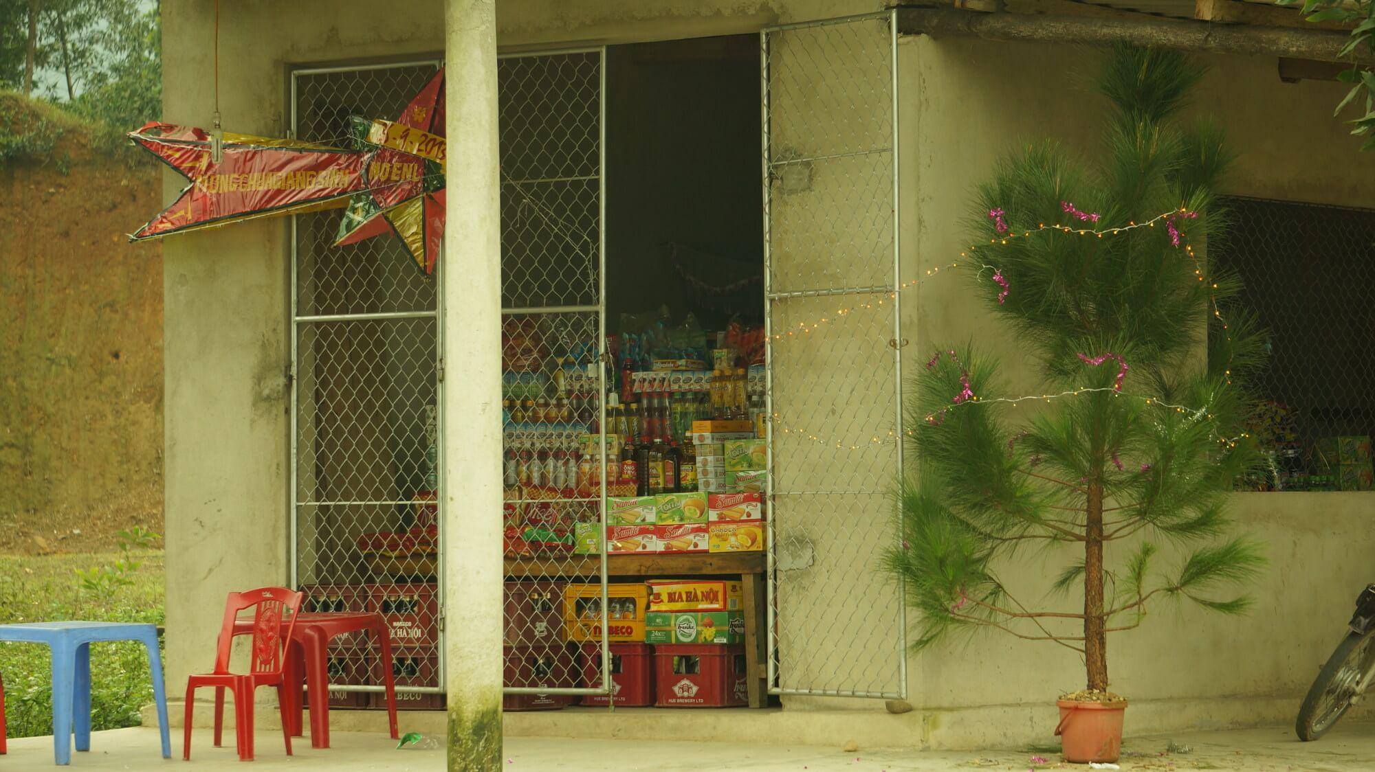 Skromna choinka w skromnym, wiejskim sklepie