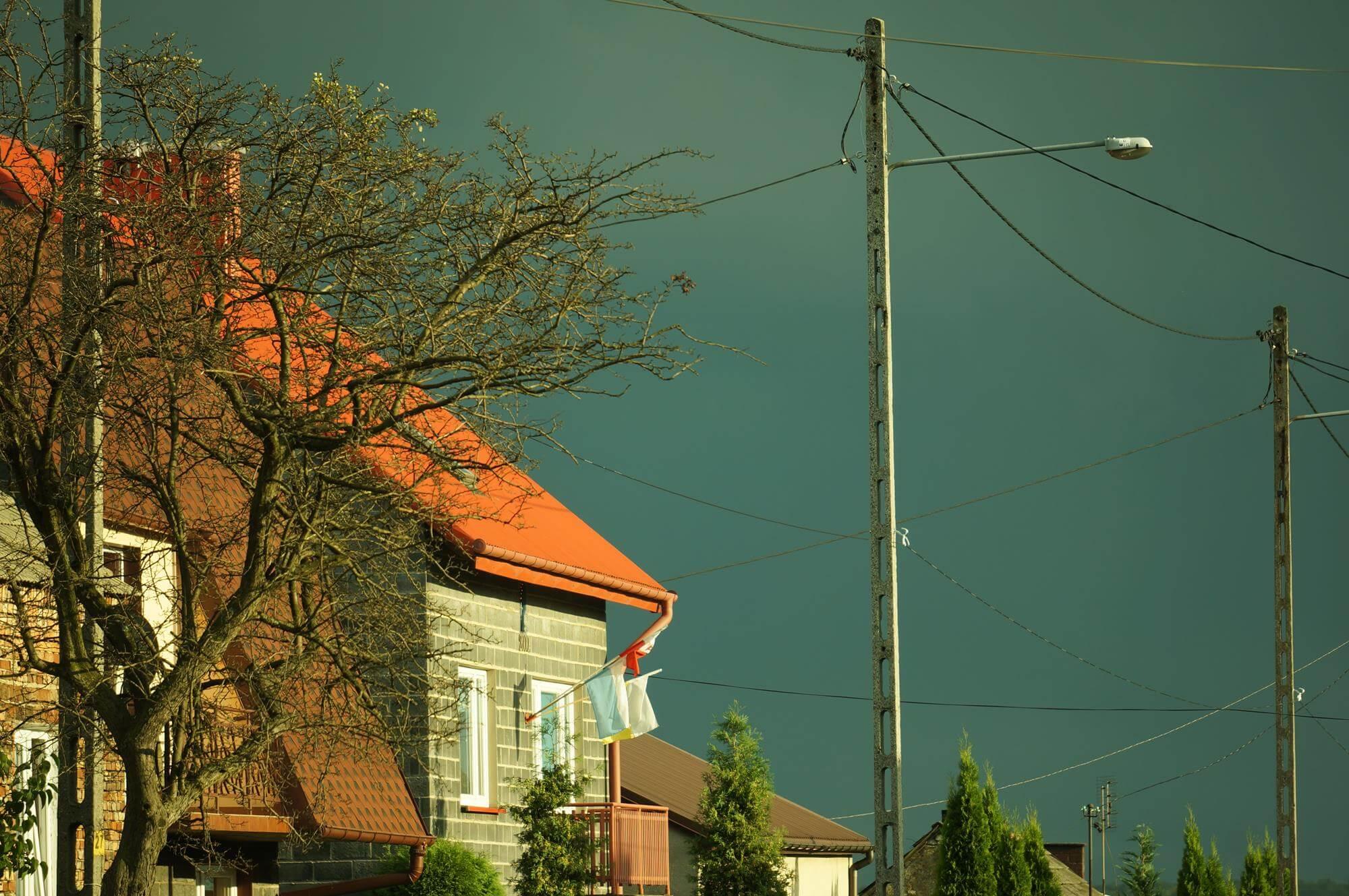 czerwony-dach-i-burza