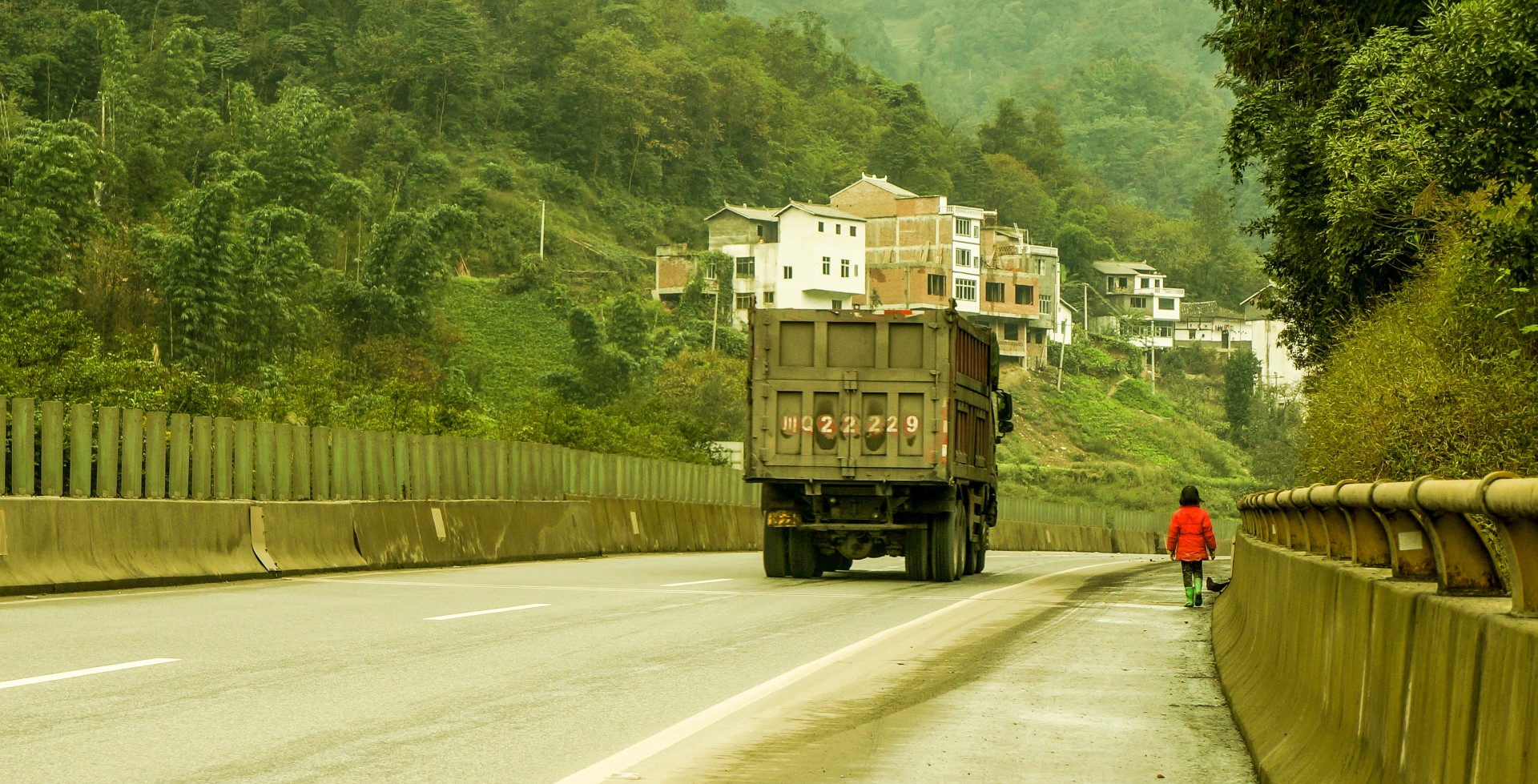 chiny-dzieciaki-poboczem-na-autostradzie